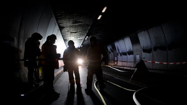 Einsatzkräfte im Tunnel.