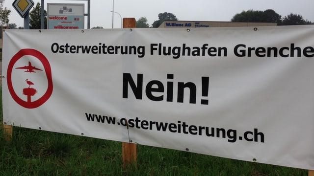 Banner der Pistengegner. Osterweiterung Nein steht auf dem Transparent.