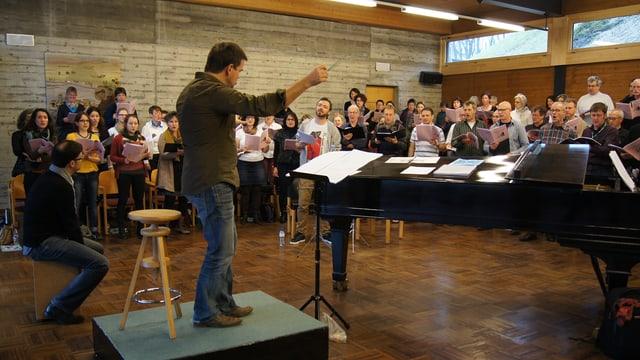 Der Händel-Chor, Greis und Stephan Hodel an einer Probe.