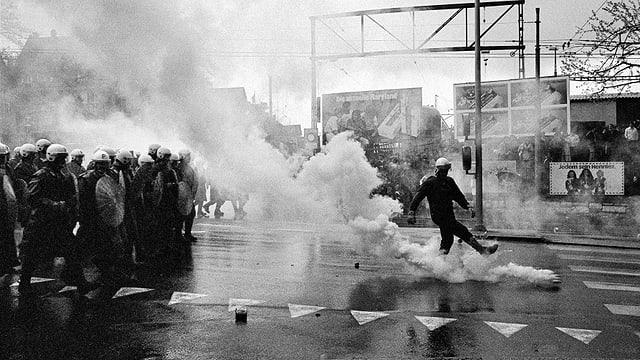 Grossaufgebot der Polizei 1980, Rauch am Boden, Einsatz mit Tränengas gegen eine Aktion der Quartiergruppe Luft und Lärm