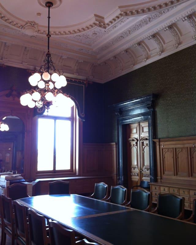Das Vorzimmer der kleinen Kammer bietet den Ständeräten die Möglichkeit, sich für Gespräche mit Journalisten oder Telefonanrufe zurückzuziehen. Im Ratssaal selbst haben ausser Politiker, Weibel und Sekretäre keine anderen Personen Zutritt.