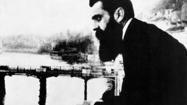 Theodor Herzl 1897 auf dem Balkon des Hotel Drei Könige.