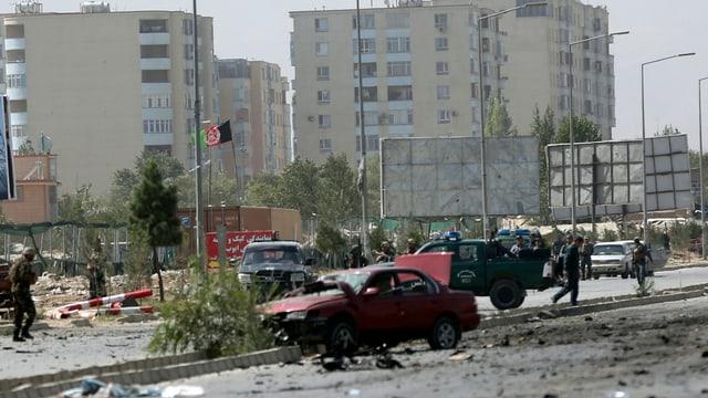 Ein Ausgebranntes auto nach einem Anschlag in Kabul im September.