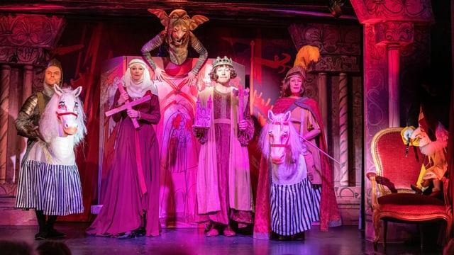 Münsterfiguren auf Bühne