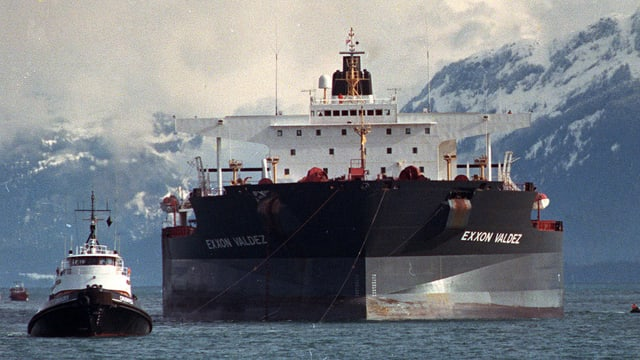 Ein Schlepper zieht den Öltanker «Exxon Valdez» nach dem Unglück vor Alaska in Richtung Küste.