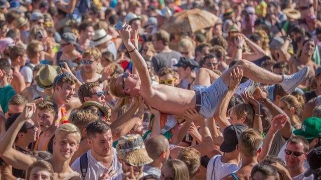 Ein Mann wird in einer Menschenmenge emporgehoben.