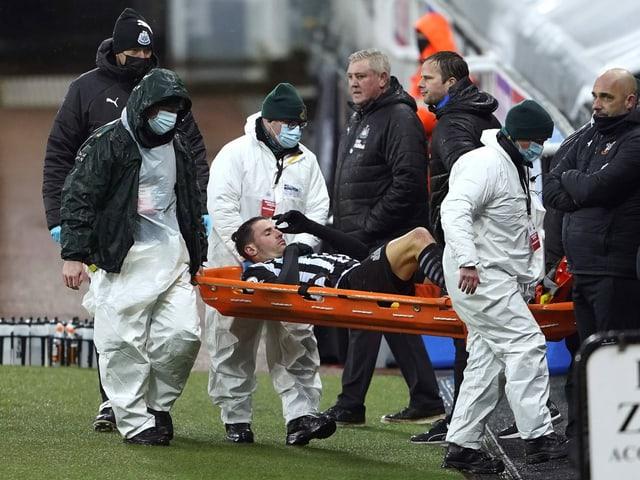 Fabian Schär musste verletzt vom Feld transportiert werden.