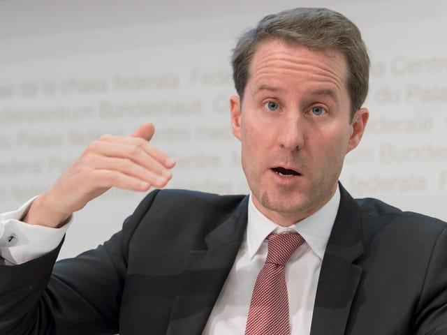 Thomas Aeschi während einer Medienkonferenz in Bern.