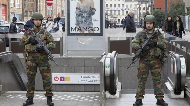 Soldaten bewachen eine Metrostation nach Spannungen zwischen Anwohnern und Polizei in Molenbeek.
