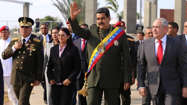 Nicolas Maduro wird von Frau und Ministern begleitet.