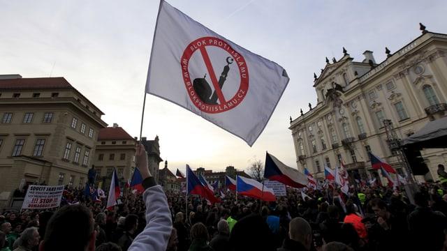 Islamgegner mit einer Fahne bei einer Demo in Prag.