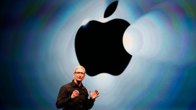 Apple-Chef Tim Cook steht vor dem Firmenlogo von Apple (reuters/archiv)
