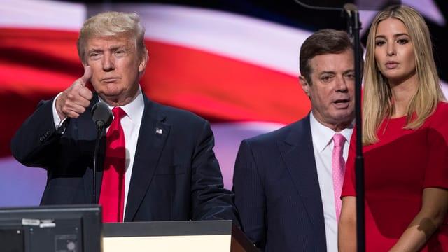 Trump am Rednerpult, Ivanka daneben und im Hintergrund Manafort.