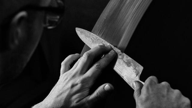 Ein Messer wird geschliffen.