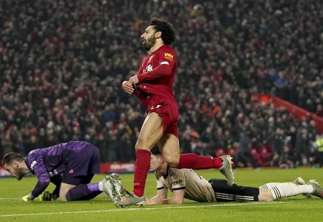 Salah zieht sein Trikot aus