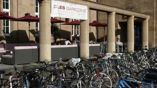 Parkierte Velos vor Restaurant Les Garceons und Badischer Bahnhof