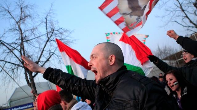 Ungarische Fussballfans skandieren den Hitlergruss.