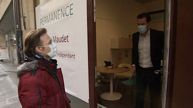 Pierre Maudet öffnet die Türe zu seiner Permanence in Genf