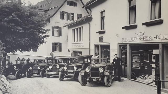 5 autos da la flotta da taxis dad Oscar Denoth enturn il 1940.
