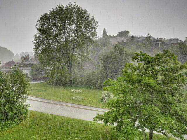 Strömender Regen  fällt auf die Landschaft bei Baden.