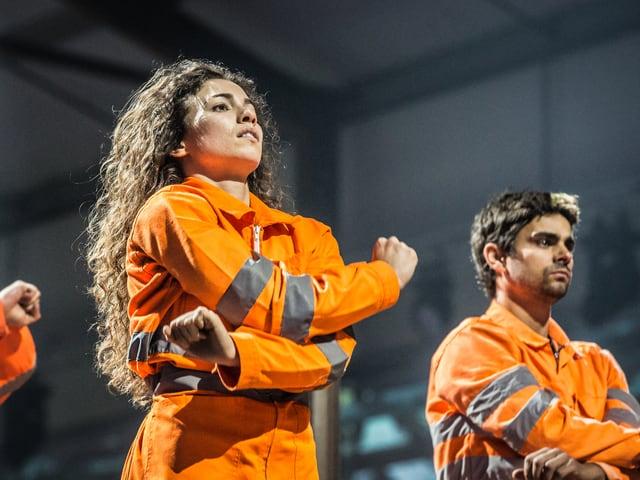 Eine Frau und ein Mann in einer Arbeiterkluft.