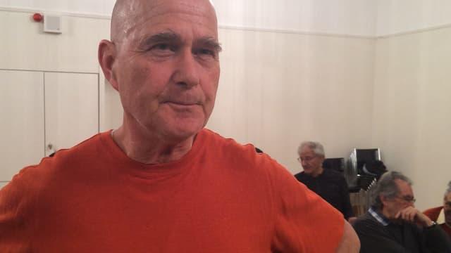 Marcel Urech, um grond cun t-shirt oransch