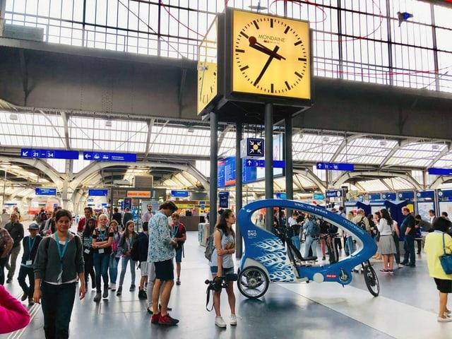 Rikscha steht mitten in der Bahnhofshalle.