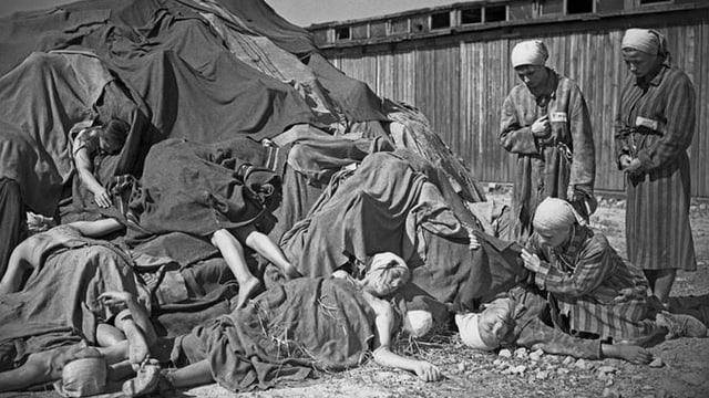Tote Frauen liegen auf einem Haufen. Es ist ein Ausschnitt aus «die letzte Etappe».