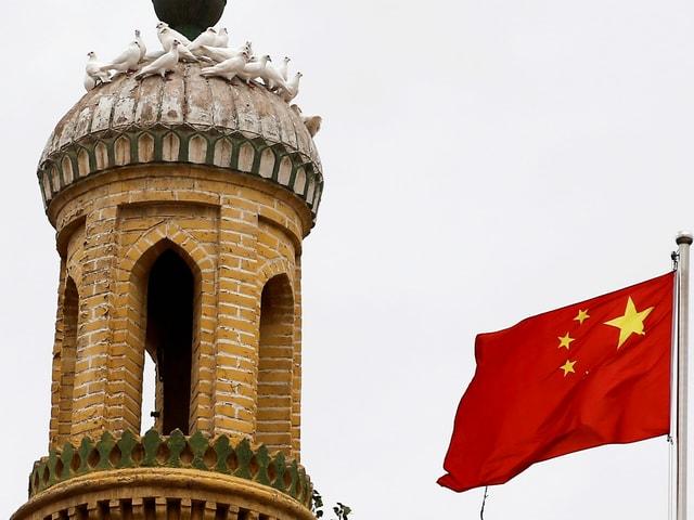 Chinesische Flagge vor dem Minarett der Id Kah-Moschee in Kaxgar, Xinjiang