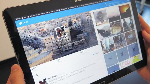 Tablet, auf dem ein Twitteraccount mit Kriegsbildern zu sehen ist.