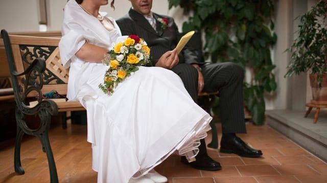 Ein Paar ohne Kopf in der Kirche (Kopf abgeschnitten)