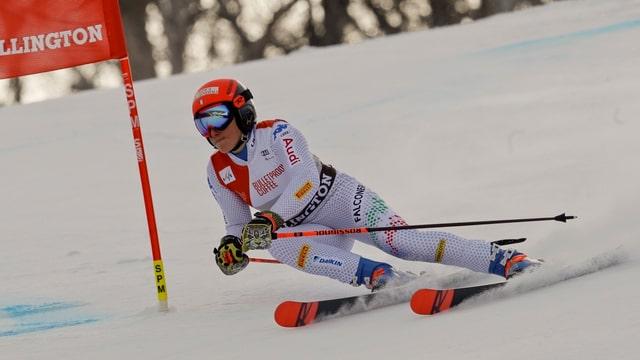 Ina skiunza en plaina cursa.