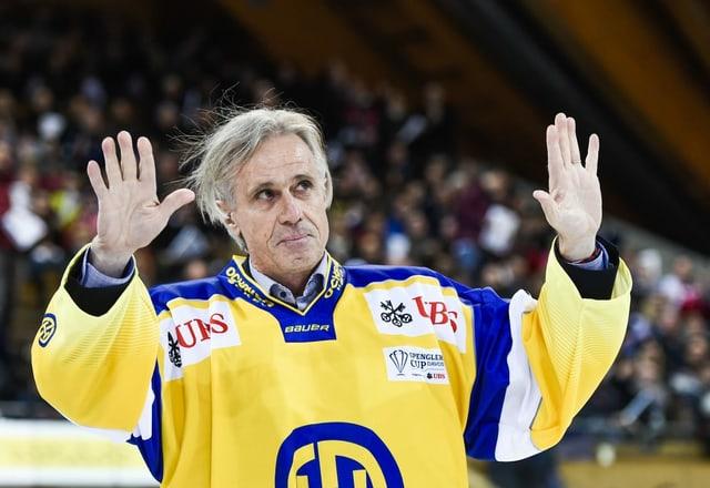 Fredi Pargätzi winkt mit HCD-Trikot ins Publikum.