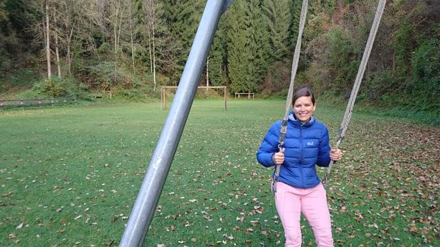 Silvia Capatt da Sport Kids Trin sin l'areal en la val Bergla nua ch'il parc motoric duai vegnir construì.