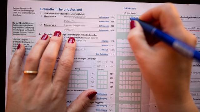 Dame füllt Steuererklärung aus