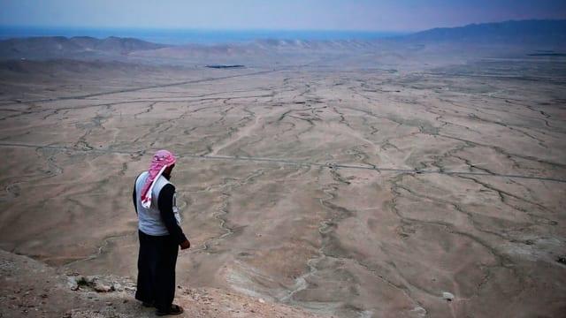 Ein Syrer schaut auf sein Land. Es ist sehr trocken.