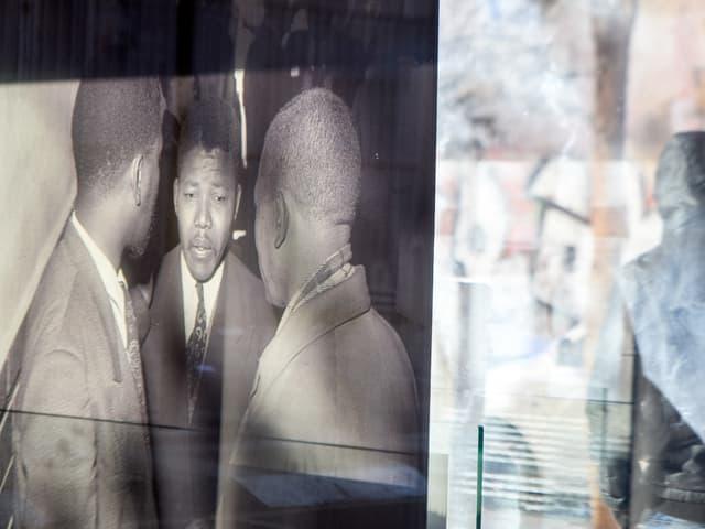 Schwarz-weiss Foto, durch ein Fenster fotografiert.