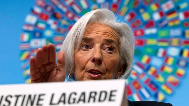 IWF-Chefin Christine Lagarde hinter einem Namensschild