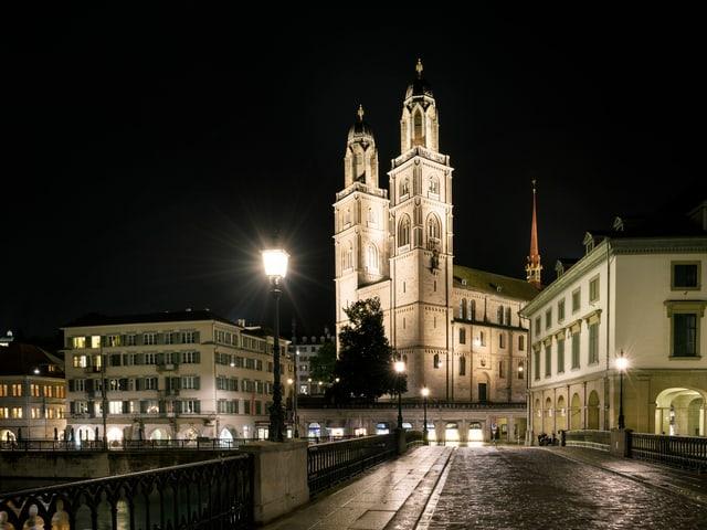 Grossmünster in Zürich in der Nacht