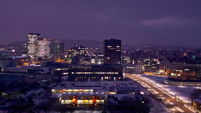 Nächtliche Skyline mit hell erleuchteten Hochhäusern in Zürich-Oerlikon.