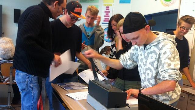 Schülerinnen und Schüler bei der Arbeit im Schulzimmer.