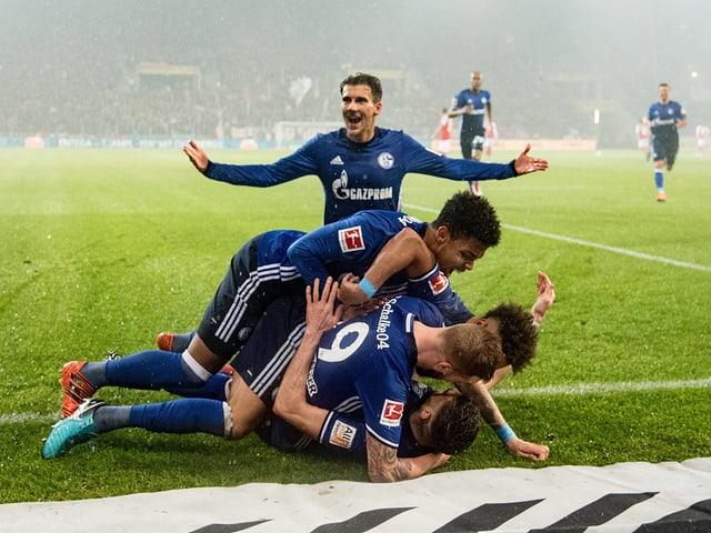 Schalker Spieler bejubeln den Treffer zum 1:0.