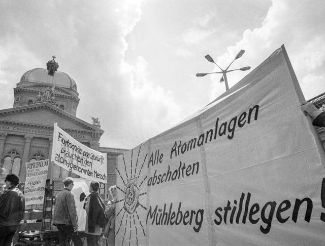 """Transparent mit dem Slogan """"Alle Atomanlagen abschalten - Muehleberg stilllegen"""", aufgenommen am 30. August 1986 an der Anti-AKW-Demonstration in Bern."""