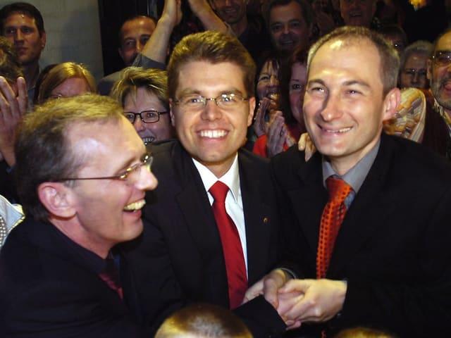 Die drei Erwähnten jubelnd nach der Verkündigung der Wahlresultate.