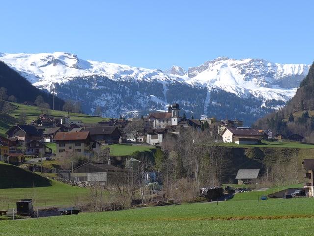 Bild des Ortes Melchtal mit Bergpanorama im Hintergrund.