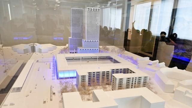 Modell des Stadions mit den beiden Hochhäusern im Hintergrund