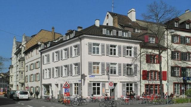 Das Restaurant Hirscheneck in Kleinbasel von Aussen. Restaurant-Tische vor dem Haus mit Gästen