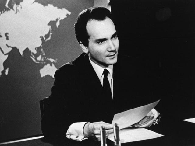 In giuven Huber en il studio da televisiun.