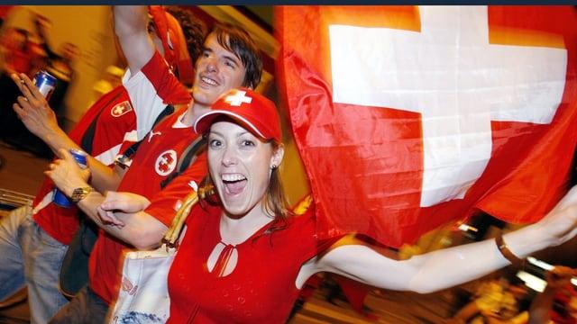 Schweizer Fans mit Fahne und roten Shirts