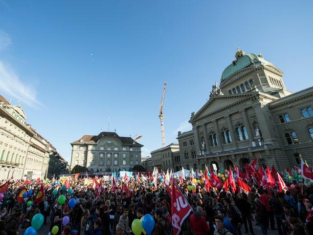 Ecopop-Gegner demonstrieren in Bern
